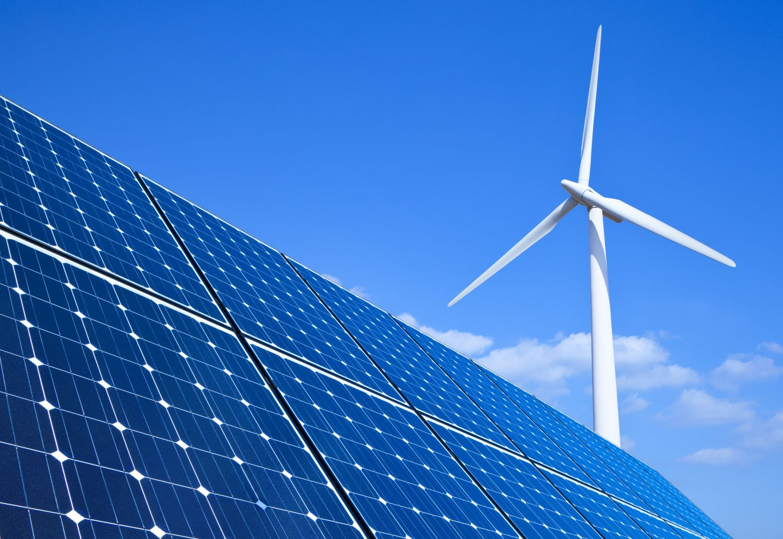 panneau solaire et éolienne avec ciel bleu